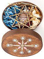 Подарочный набор к новогодним праздникам: деревянная круглая коробка с росписью, кофейный расписной снегирь, золотая звезда из лозы и два зимних цветка. Красивый этно-набор, роскошный новогодний подарок.