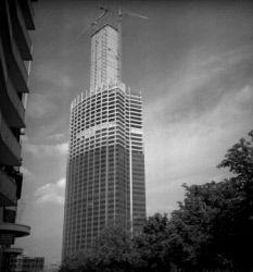 La tour Montparnasse en cours d'achèvement. Paris (XVème arr.), juillet 1972.