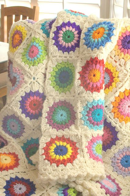 Cute edging (and joining) ideas for Sunburst Granny Afghan. Links to Sunburst Granny Square pattern. Afghan's squares are only 4 rows each.