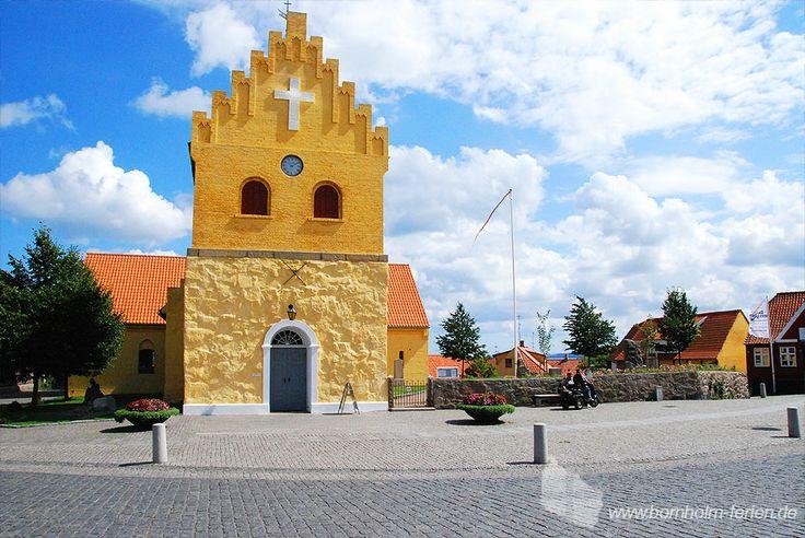 Allinge Kirche - gelb gestrichene Lirche im Zentrum von Allinge, Insel Bornholm #allingekirke #kirche #allinge #insel #bornholm