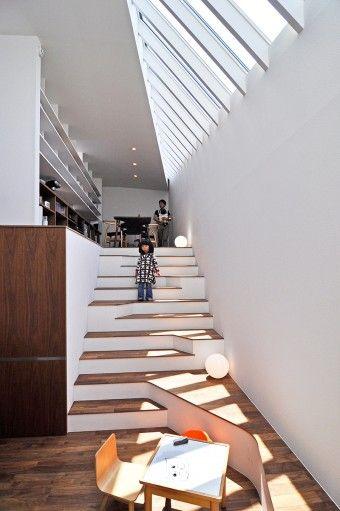 単に昇り降りするためのものではなく、時に椅子やテーブルになって、いろんなアクションを誘発する階段。