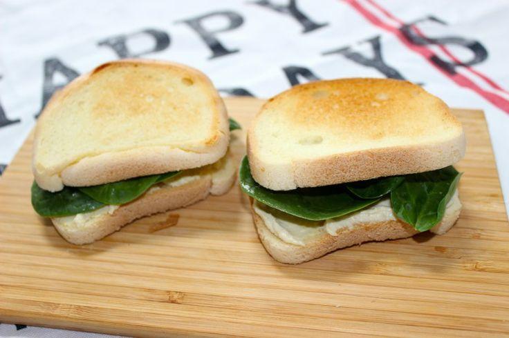 Hoemoes met spinazie op brood: glutenvrij lunchen