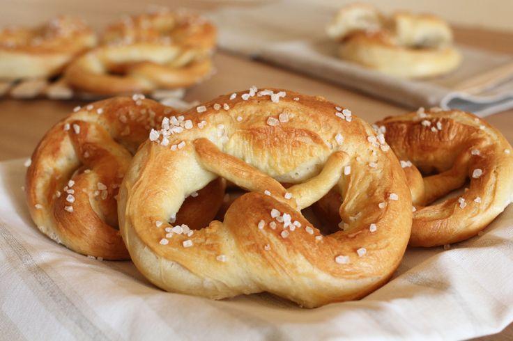I pretzel salati o anche chiamati brezel sono un tipico pane di origine tedesco, caratterizzati da un colore ambrato e ricoperti di sale grosso.
