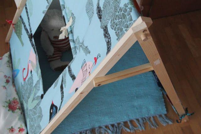 Das Abenteuer kann beginnen!ür das Gestell: 4 x Holzlatten, jeweils mit der L= 1m, B= 30mm, T= 14mm 3 Holzstäbe (rund), jeweils mit der L= 70cm und Ø 1,2cm 2 kleine Holzlatten, jeweils 20cm lang 6 Schrauben (L= 25mm) Holzleim eventuell Akkuschrauber Schmirgelpapier Für das Zelt: Stoff in der L= 2,3m und B= 1,40m Textilschleifen (10 x ca. 25cm) 2 große Knöpfe und ein wenig Schnur