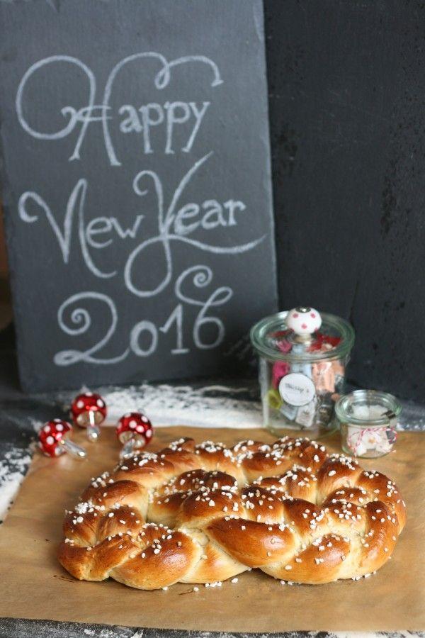 Hier findet Ihr ein Rezept für eine geflochtene Neujahrsbrezel aus Hefe
