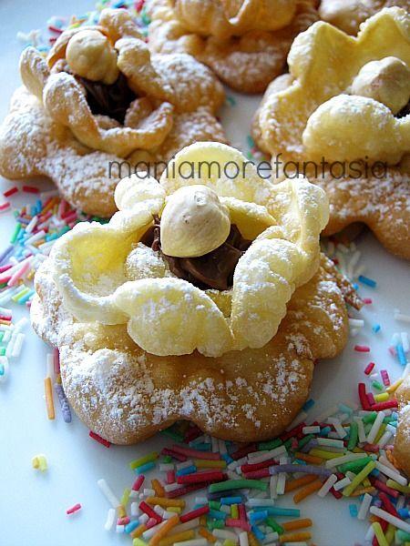 rose di carnevaleIngredienti  240 g di farina 00  20 g di zucchero  2 uova  20 g di burro morbido  1 cucchiaio di vino bianco  1 pizzico di sale  nutella e nocciole per decorare (o crema o marmellata)