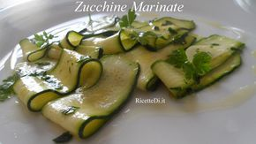 fa troppo caldo per grigliare le verdure? Prova questa ricetta. Le zucchine marinate (con procedimento senza cottura) è il metodo più veloce e semplice
