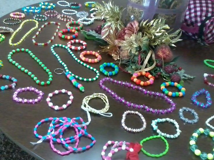 Ana Biju. Cordões,pulseiras,chaveiros,tiaras,xuxinhas de cabelo,brincos,anéis.