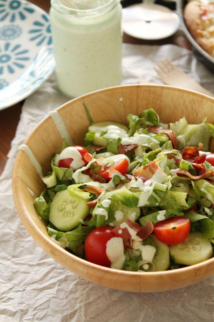 Σαλάτα με μπέικον, μαρούλι, ντοματίνια και σάλτσα με γιαούρτι