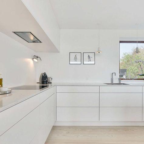 Enkelt, hvidt køkken i et minimalistisk hjem   Case