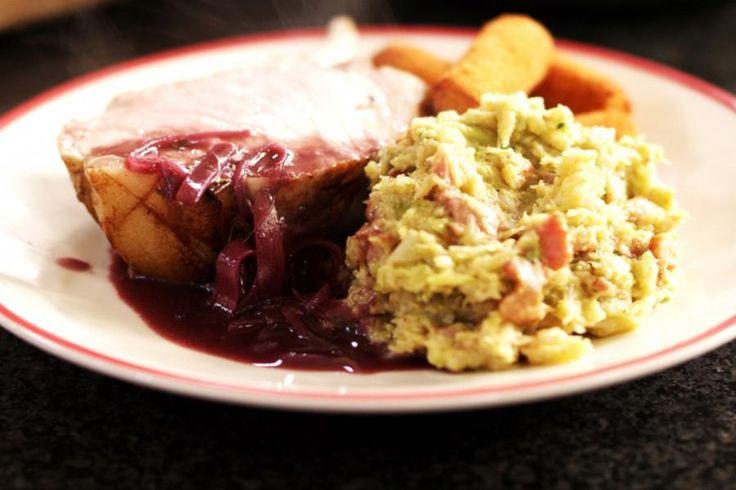 Dit gerecht is een perfect voorbeeld van een rustieke maaltijd. Het varkensgebraad moet je de nodige tijd in de oven gunnen, en vooral niet op een te hoge temperatuur bakken. Het vlees hoort sappig en licht rosé gebakken te zijn. Da