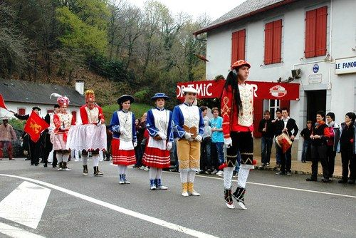 2012ko maskaradak Xiberoko ikastolako ikasle ohienganik   Les mascarades 2012 ont été données par des anciens élèves des ikastolas de Soule