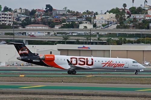 Horizon Air CRJ-700 with Oregon State University wrap, by So Cal Metro, via Flickr