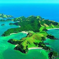 Bay of islands noordereiland. Gouden zandstranden, schitterende baaien, groene eilandjes omgeven door warm aquamarijn water in een subtropisch klimaat. Je kunt hier schitterende cruises maken, zeilen, zwemmen, duiken, zeevissen, fietsen, wandelen, paardrijden, kajakken, parasailen en zwemmen met dolfijnen.
