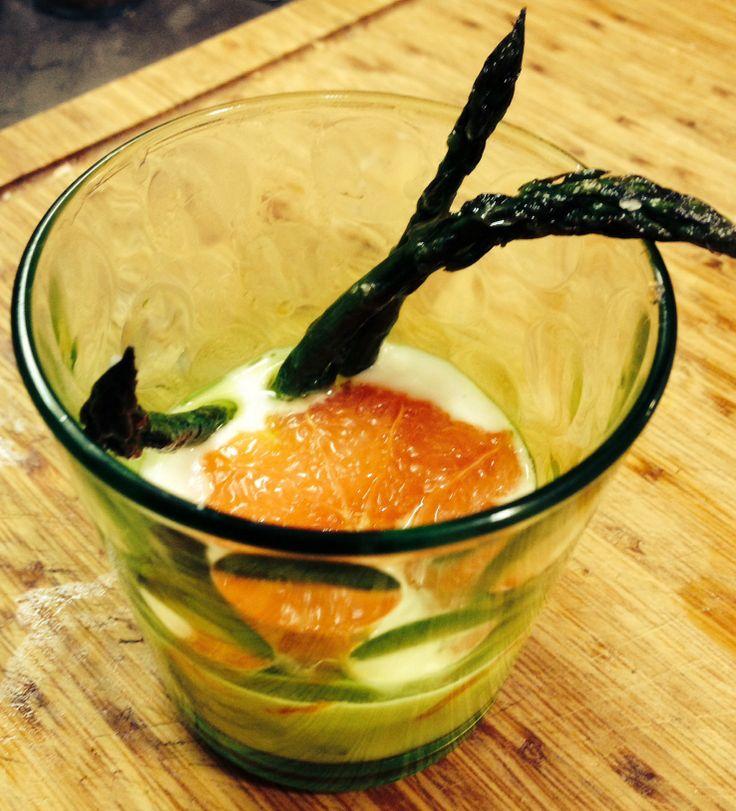 Vorspeise: Grüner Spargel, karamellisierte Grapefruit mit Parmesansuppe.