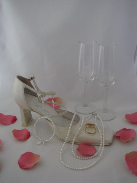 Bruidssieraden: ik kom langs voor overleg .. model, (kleur) kraal e.d. .. hierna maak ik een offerte .. na akkoord ga ik de benodigdheden bestellen en binnen 14 dagen lever ik een mooie set in een geschenkverpakking, zodat de set bewaard kan worden als herinnering aan een prachtige dag.   NB Telefonisch of mailoverleg is natuurlijk ook mogelijk!     #bruidssieraden