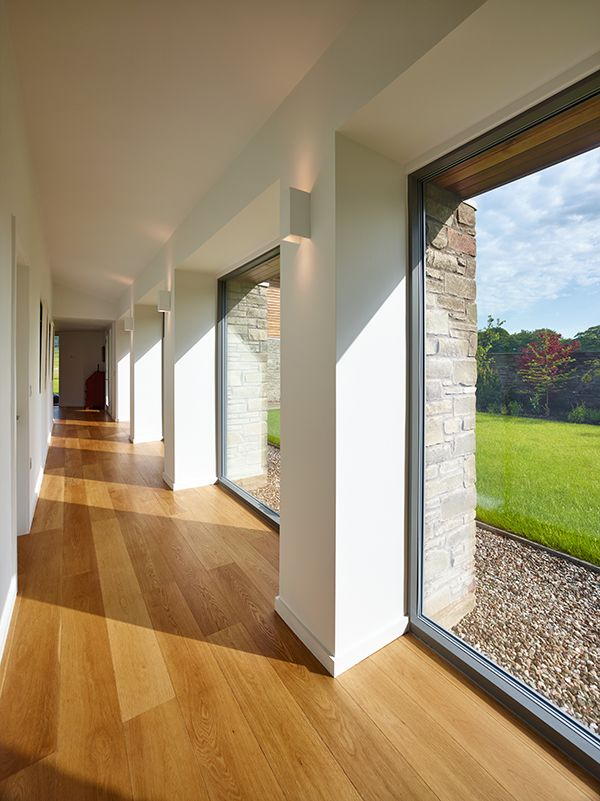 Zobaczcie, jak fantastycznie prezentuje się ta nowoczesna realizacja prosto z Wielkiej Brytanii! W domu wykorzystano nasze produkty: drzwi podnoszono-przesuwne THERMO HSoraz okna skandynawskie drewniano-aluminiowe COMBI ALU+.