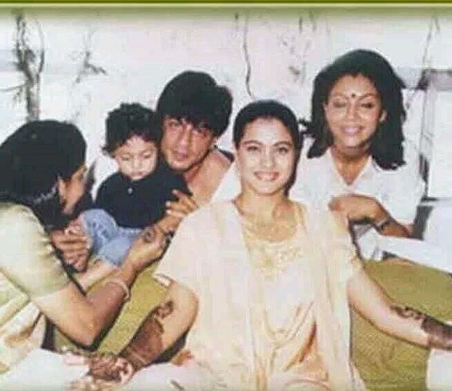 @Omg SRK @Shahrukh Munawer @SRKFC1 @SRKUniverse @SRKFC_Russia RT @Chaudharyashu4u SRK in Kajol's Mehndi. pic.twitter.com/LRXzyy1pFn