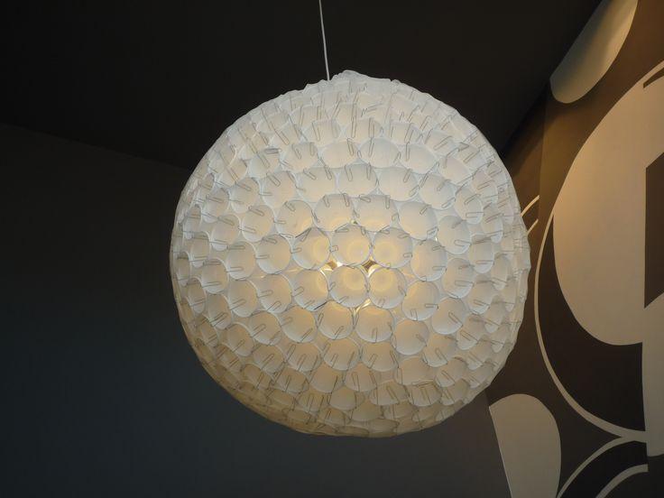 lampara con vasos plasticos