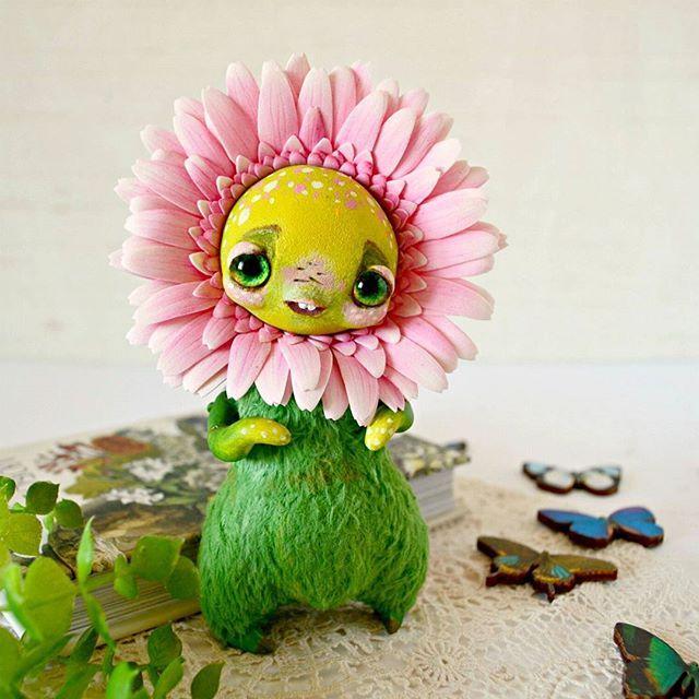 Meet new FlowerChild - Pink Gerbera 😊🌼 Новый малыш расцвел. На этот раз Гербера. 🌞🌼 #artdoll #arttoy #handmade #FlowerChild #gerbera #Etsy #pinkflower #whimsicalcreature