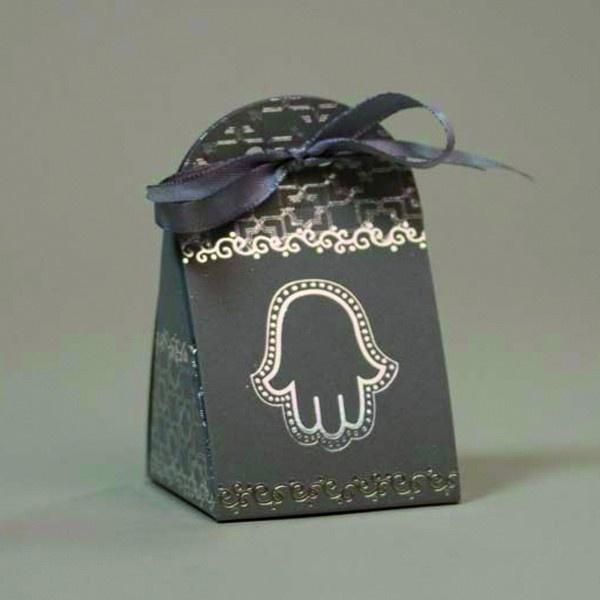 Une jolie boite à dragées de couleur grise avec une main de fatma et un motif en moucharabieh en argent. Le charme de l'Orient dans votre mariage Oriental