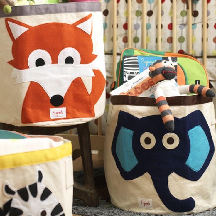 Sød og robust opbevaringskurv/pose af kanvas til børneværelset fra 3 Sprouts. Med kurven her bliver det lettere at holde orden på børneværelset.  Opbevaringsposen kan rumme alt fra legetøj og bøger til vasketøj. Kan let klappes sammen og dermed ikke fylde ret meget.