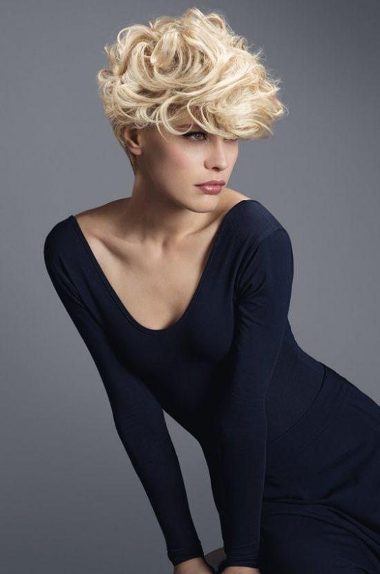 Met een bos krullen kan jij een super trendy kort kapsel laten knippen! - Kapsels voor haar