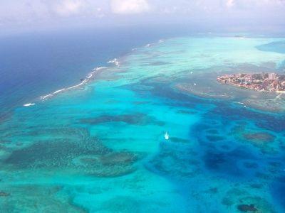 Isla de San Andrés - Colombia     San Andrés es una isla de 26 kilómetros cuadrados de extensión en la costa colombiana. Su mar tiene siete colores producto de sedimentos calizos formados por arrtecifes de color.. Tiene la tercera barrera de coral más importante del mundo. Declarada Reserva mujdial de la Biósfera. Posee una temperatura media anual de 27 grados C.