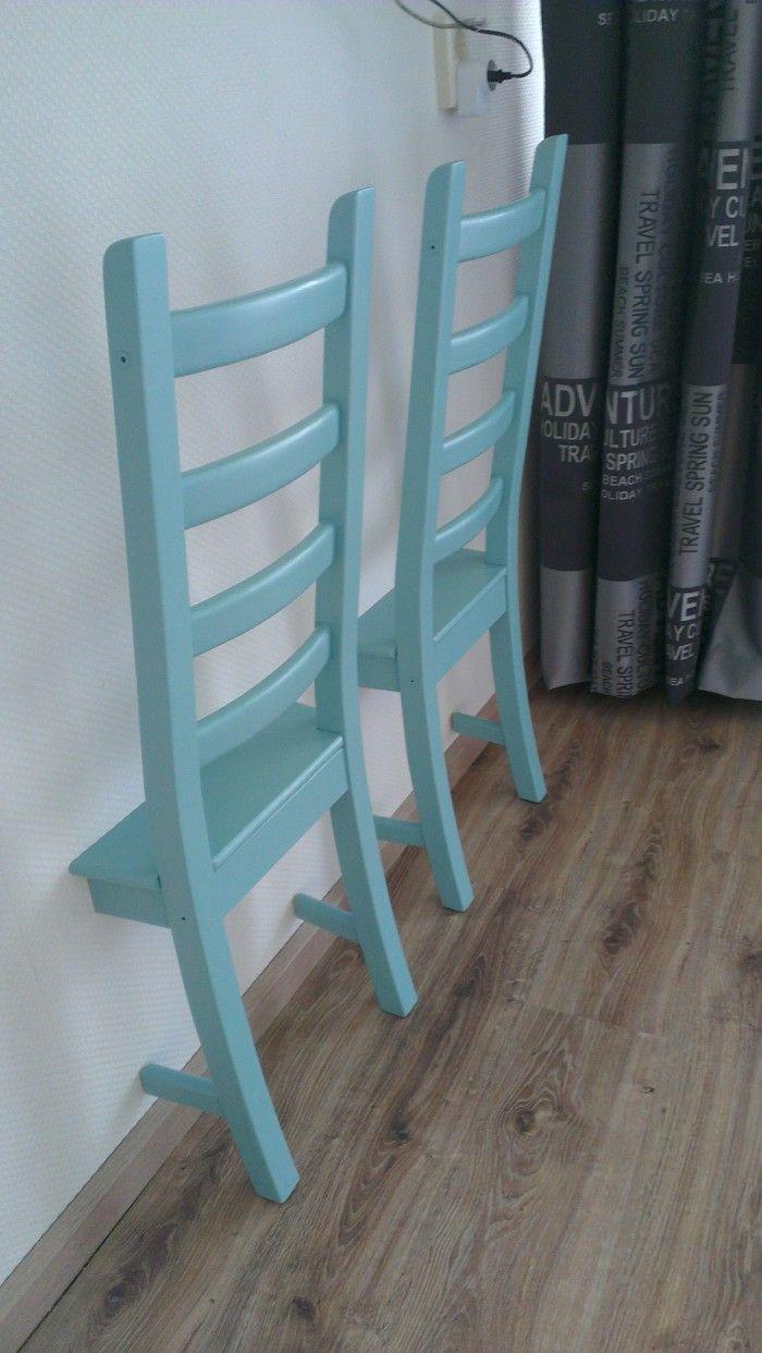 Zaag een stoel, op een afstand naar wens vanaf de rugleuning, door het zitvlak en de onderste dwarsbalkjes. Verven. Aan de muur bevestigen. Klaar is je dress-chair! Handig om je gedragen kleding over heen te hangen.