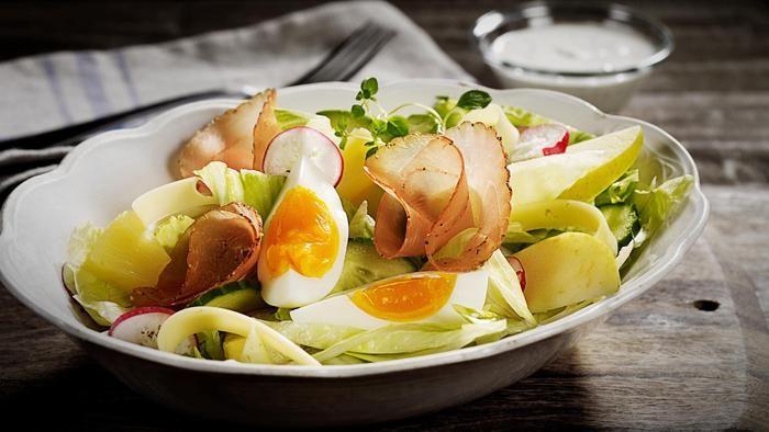 Salat med egg og spekefilet