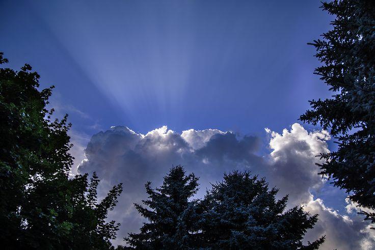 Tóth Gábor Felhő és napsugár Az elmúlt hétvégén esküvőt fotóztunk. Ilyenkor is észre kell venni a szép dolgokat, szerencsére pont megláttam ezeket a gyönyörű napsugarakat, ahogy a felhő szélén megtörnek. Így tudtam megörökíteni :) Több kép Gábortól: www.facebook.com/SzketiPhoto