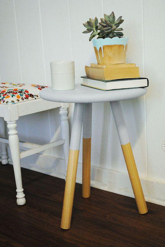 mengganti meja dengan kursi kayu tanpa sandaran