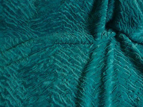 Der Stoff ist von leichter Qualität und angenehm auf der Haut.Der Pelz ist in türkis. Teilweise liegen die Haare an und teilweise stehen die Haare ab.Wodurch der Kunst Pelz eine lebendige und natürliche Optik erhält.Die Unterseite von dem Kunst Pelz ist gestrickt.Der Kunst Pelz dehnt sich also.Der Stoff ist 1,54 m breit und es sind noch 10 m vorhanden.Es lassen sich Röcke, Kleider, Hosen, Decken, Jacken, Westen, Taschen, Kissen und vieles mehr daraus herstellen.