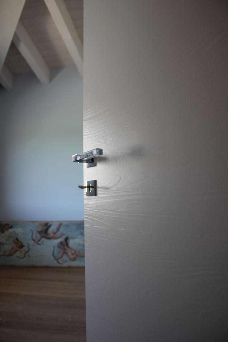 Porte in legno massiccio laccato Garofoli + maniglie di design.