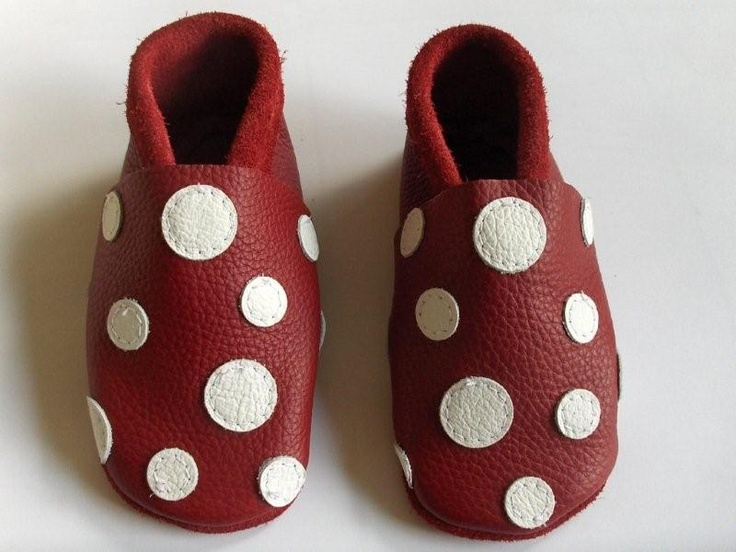 These are our favorites. We have a pair of dark blue, apple green, red and recently also turquoise. With dots. Of course. Get your own! http://crabbelschuhe.de