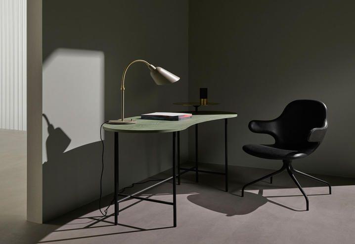 La nuova scrivania della collezione Palette disegnata da Jaime Hayon per &tradition e lampada nella variante da tavolo di Arne Jacobsen