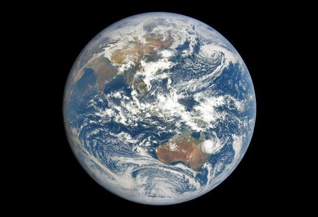 Bumi dipotret oleh satelit DSCVR. Kredit: NASA/DSCVR     SpaceNesia - Katanya, ada ribuan satelit yang mengorbit Bumi kita, belum lagi ...