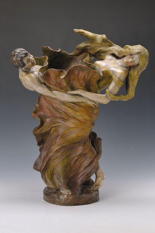 Skulpturenvase in Form eines tanzenden Paares, Goldscheider, Wien, um 1904-06,  wohl für den Französischen Markt gemacht, Modell 00797/156/59, signiert Goldscheider, Steingut, dynamisch gegensätzli