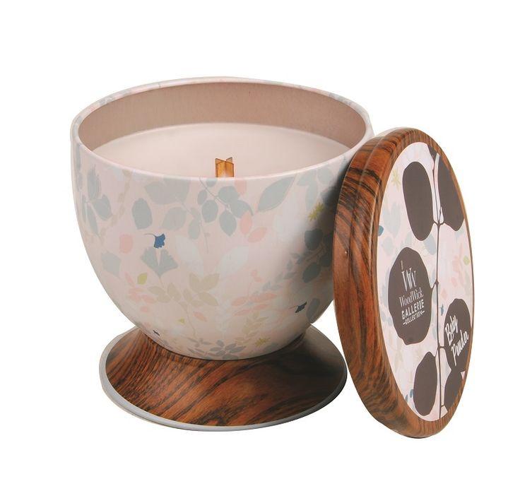 Woodwick Baby Powder: De delicate geuren van poederige vanille, kamperfoelie en een vleugjewilderoos.  Deze WoodWick geurkaars geeft door zijn houten lont een zacht knapperend geluid zoals een open haard.  Deze kaars in een mooi decoratief blik is 9,5 cm breed,9,5 cm hoog,heeft 58 branduren en heefteen fraaie houten deksel. Deze deksel is tevens te gebruiken als handige onderzetter van de WoodWick geurkaars.