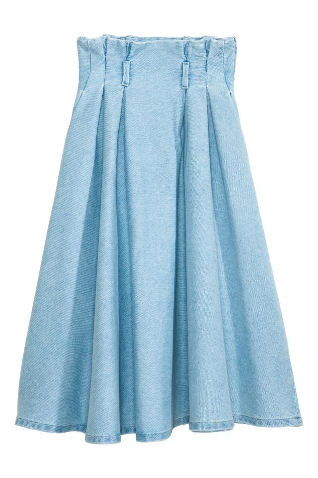 デニムプリーツスカート: ウォッシュデニムを使用したミモレ丈スカート。ハイウエストで、プリーツが入ったスタイル。ベルトループ付き。サイドポケット付き。サイドにコンシールジッパー付き。