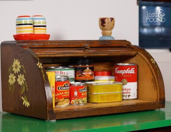 Panera de madera, tapa corrediza. Funciona como panera o como alacena. Pequeña pero con el tamaño ideal, para apartamentos o cocinas reducidas. Guarda tus condimentos favoritos y mantén el orden en tu hogar.