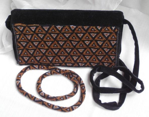 Souprava náhrdelníku (háčkované korálky) a kabelky ušité z černého sametu a zdobené korálky stejným vzorem jako náhrdelník.