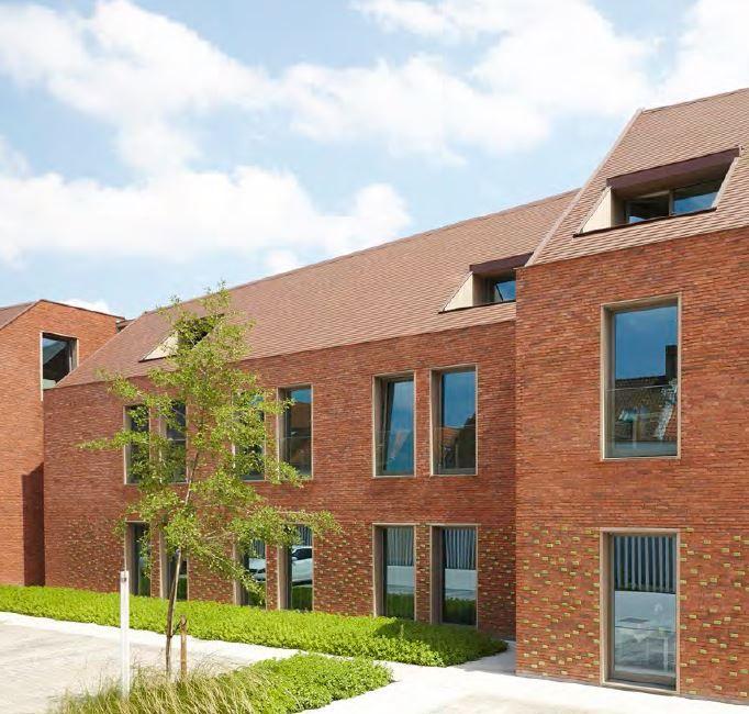 Klooster wordt uniek woonproject Engelendale in Brugge. Uit het metselwerk steken een aantal groen geglazuurde bakstenen. Hiermee wordt een verrassend en subtiel effect aan de gevel gegeven.