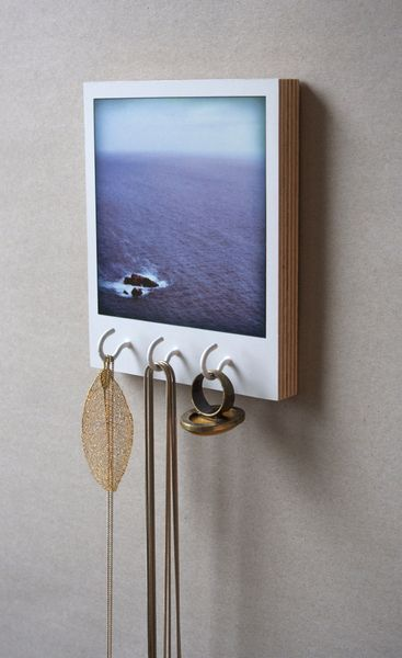 An instant style photo on a simple wooden support turns into a pretty por …  – Deko