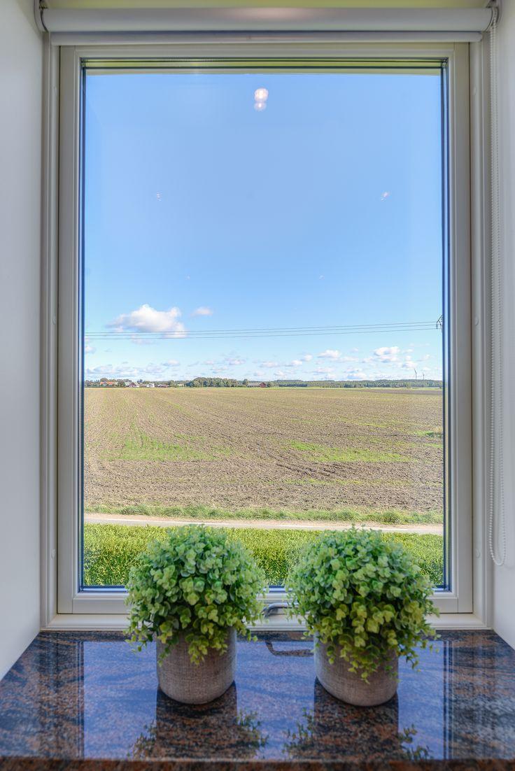 vilsam utsikt från sovrumsfönster