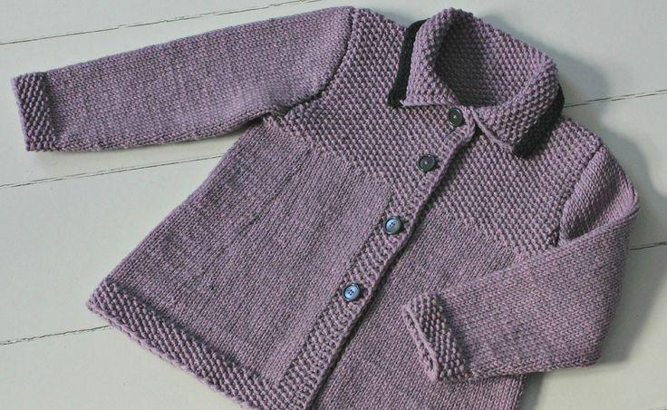 Den lille fine forårsfrakke er strikket i den blødeste merinould, som med garanti ikke kradser, men du kan også bruge Drops Paris, som er ren bomuld. Strik frakken i str. 3 eller 4 år.