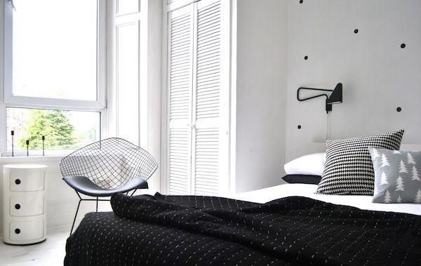Lichte slaapkamer met wit kastje en zwart sprei - bekijk en koop de producten van dit beeld op shopinstijl.nl