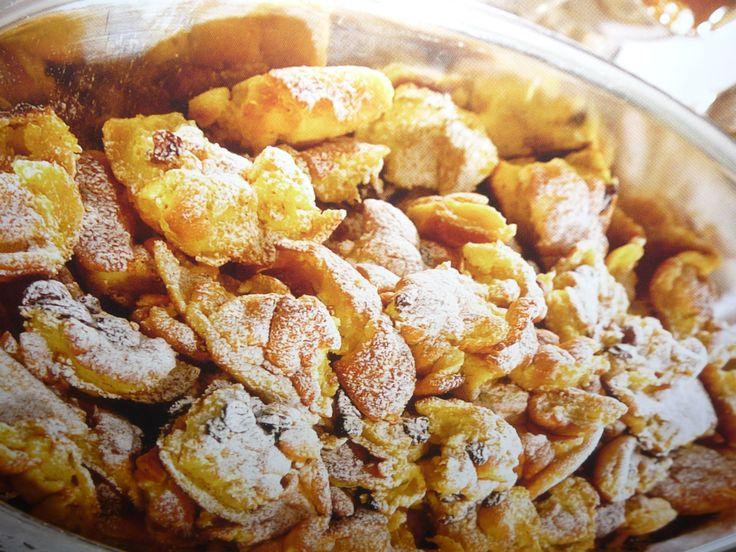 Ingrediënten voor 2 personen 4 eieren 160 g bloem 250 ml volle melk 40 g suiker 80 g donkere rozijnen (als variant kan men ook plakjes appel meebakken) +/- 50 g echte boerenboter Optioneel: kaneel en vanillesuiker of vanillestokje Zout Poedersuiker om te bestrooien bij het serveren Veenbessenconfituur of abrikozen- of pruimencompote als bijgerecht