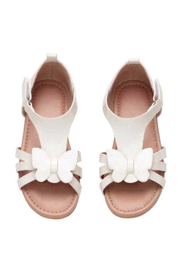 Sandalias: Sandalias de charol con adorno de mariposa brillante en la parte delantera. Cierre de velcro ajustable en un lateral, forro en ante sintético y plantillas en piel sintética. Suelas de goma.
