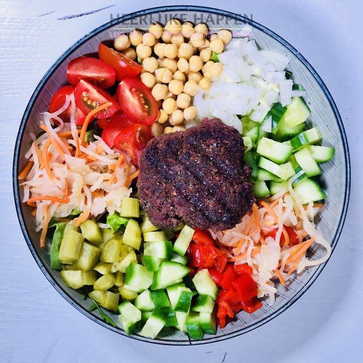 De wagyu burger bowl Inmiddels redelijk ingeburgerd zijn de poké bowls. ( Spreek uit als pokay). Het is van origine een Hawaiiaans gerecht en bevat vaak verse vis en rijst. Omdat ik eens een variatie op de vis-variant wilde maken heb ik gekozen voor een wagyu burger. Dat is een burger gemaakt ...